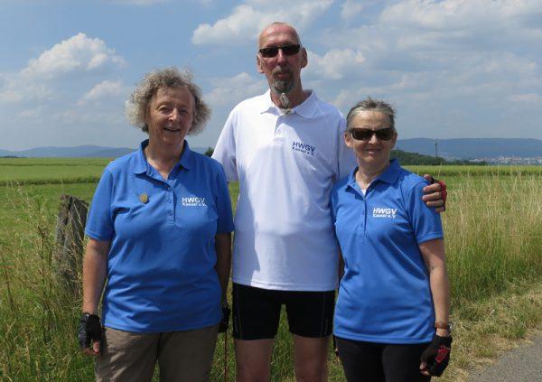 Die Mitglieder der Radgruppe tragen blaue und weiße Poloshirts mit dem HWGV-Kassel-Logo auf der Brust.